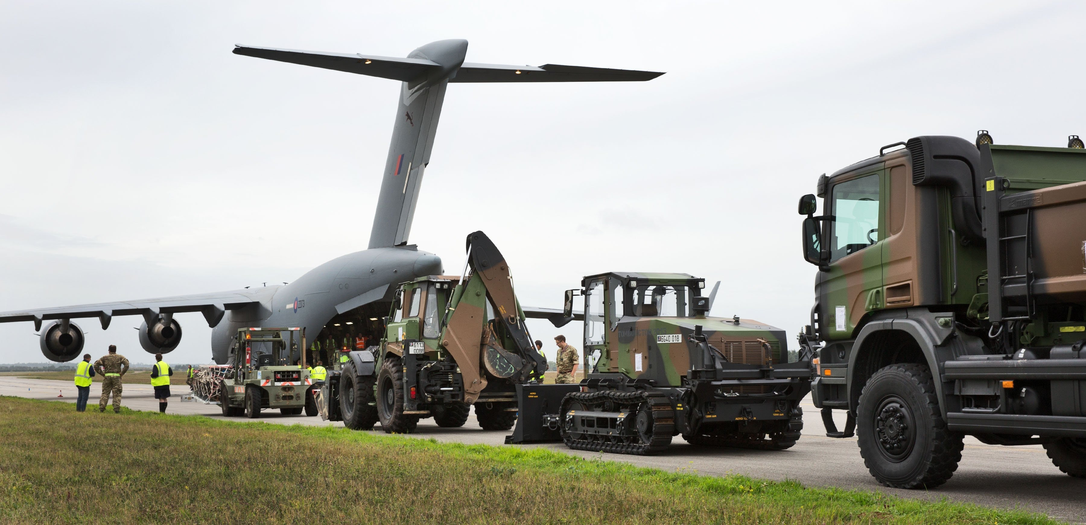 raf c 17 arrives in france to help transport equipment to french territory guadeloupe. Black Bedroom Furniture Sets. Home Design Ideas