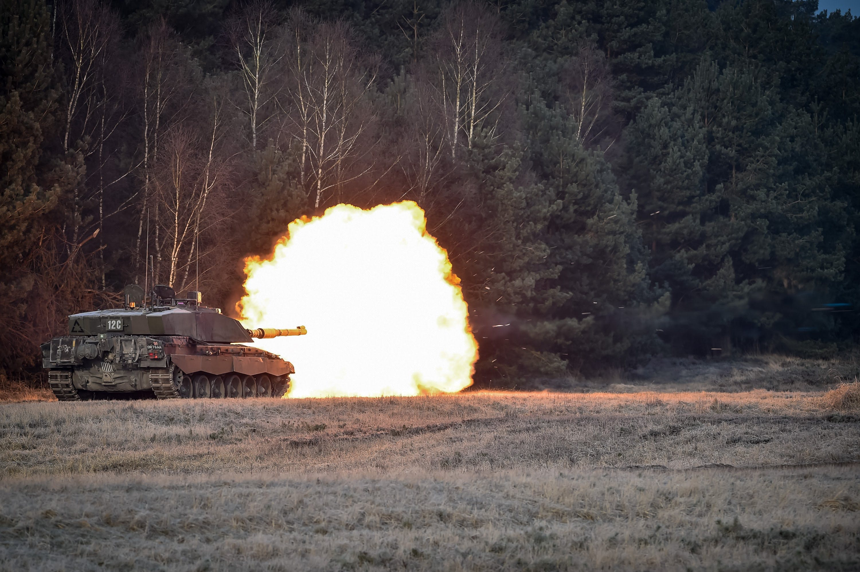 CHALLENGER 2 MBT LIVE FIRING